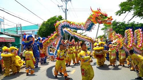 Múa rồng trong ngày hội truyền thống của làng