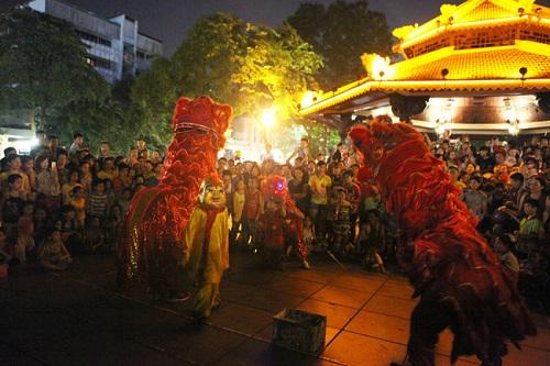 Hình ảnh múa lân trung thu trên đường phố